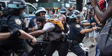 فیلم/ چشاندن مزه دموکراسی غربی به یک معترض!