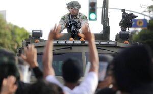 سرکوب مردم معترض با سلاحهایی که از ارتش به پلیس آمریکا واگذار شد/ رصد دقیق خیابانها توسط عالیرتبه ترین فرمانده نظامی آمریکا +عکس