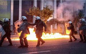 فیلم/ حمله به سفارت آمریکا در آتن با کوکتل مولوتوف