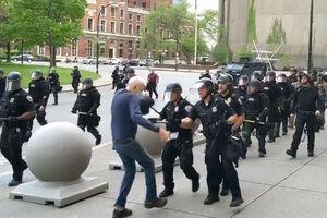 فیلم/ رفتار واقعی پلیسی که جلوی دوربین زانو زده بود