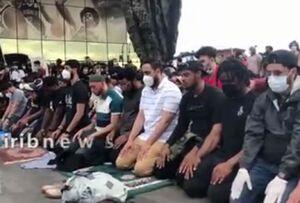 فیلم/ حلقه زدن معترضان به دور نمازگزاران در آمریکا