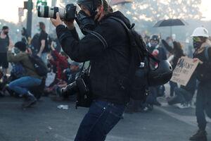 فیلم/ رایحه ناخوش دموکراسی غربی بر صورت خبرنگاران!