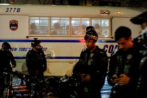 عکس/ بازداشت اتوبوسی معترضان در آمریکا