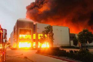 فیلم/ آتش سوزی در یکی از مراکز شرکت آمازون