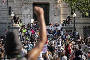 واکنش معترضین آمریکایی به دعای جوان مسلمان+ فیلم