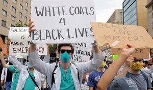 فیلم/ حمایت کادر درمانی در ایالتهای آمریکا از معترضان