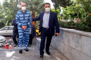 عکس/ اکبر طبری دستبند زده وارد دادگاه شد