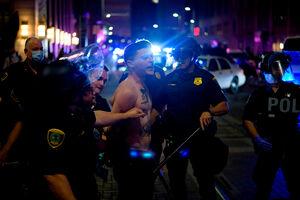 فیلم/ لحظه هدف قرارگرفتن خبرنگار توسط پلیس آمریکا