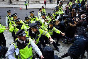 عکس/ درگیری شدید تظاهراتکنندگان با پلیس لندن