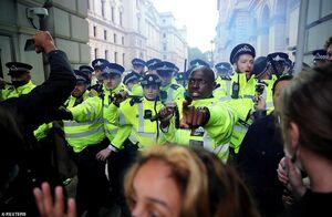فیلم/ فرار پلیس لندن از دست معترضان خشمگین