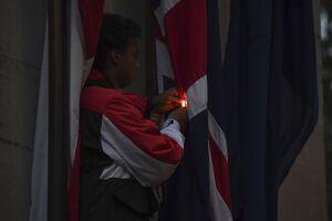 عکس/ پرچم انگلیس به آتش کشیده شد