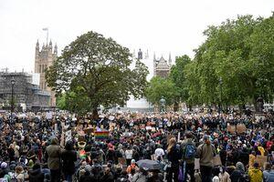 نماز خواندن معترض سیاهپوست در مقابل پلیس +عکس