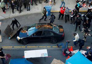 عکس/ حمله یک خودرو به معترضان ضدنژادپرستی