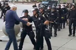 حمایت ترامپ از خشونت پلیس آمریکا علیه سالمند ۷۵ ساله