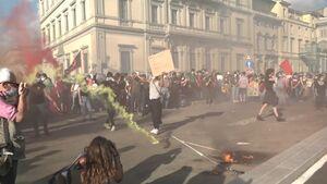 عکس/ آتش زدن پرچم آمریکا در ایتالیا