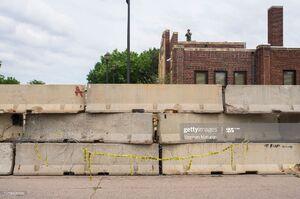 عکس/ پلیس آمریکا به دور خود حصار کشید