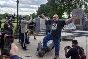 فیلم/ لحظه سرنگونی مجسمه کریستوف کلمب