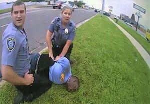 پلیس آمریکا به مرد سیاهپوست: «اهمیتی ندارد که نمیتوانی نفس بکشی!»