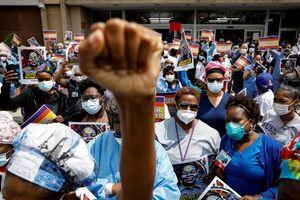 عکس/ همدردی کادر درمان با معترضان ضدنژادپرستی