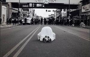 عکس/ نماز خواندن سیاهپوست مقابل صف پلیس آمریکا