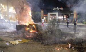 فیلم/ آتش سوزی در محل قتل بروکس به دست پلیس آمریکا