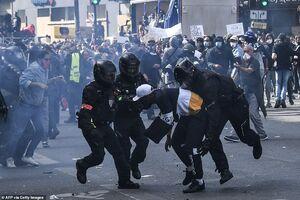 فیلم/ حمله عجیب پلیس فرانسه به یک معترض!