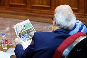 عکس/ طبری خبر دادگاهش را در روزنامه خواند