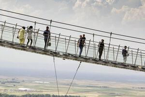 عکس/ نخستین پل معلق تمام شیشهای قوسی شکل جهان