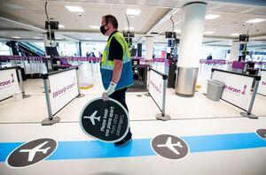 عکس/ فاصله گذاری اجتماعی در فرودگاه اسکاتلند
