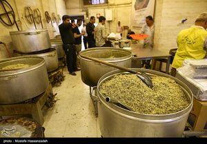 عکس/ توزیع غذای گرم در شب شهادت امام صادق(ع)
