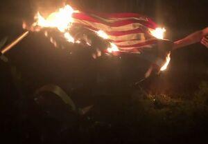 فیلم/ آتش زدن پرچم آمریکا در پورتلند