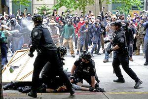 دموکراسی و آموزش آزادی بیان به سبک پلیس آمریکا! +فیلم