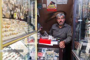 عکس/ یک لقمه نان حلال زیر پلههای شهر