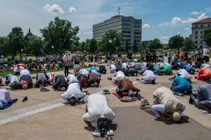 عکس/ اقامه نماز جماعت معترضان به نژادپرستی در آمریکا