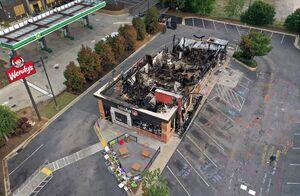 عکس/ رستوران آتش گرفته توسط معترضان در آتلانتا