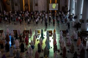 عکس/ برگزاری نماز آیات در اندونزی