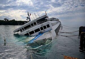 عکس/ لحظه غرق شدن یک قایق تفریحی