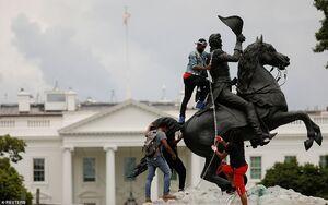 عکس/ تلاش معترضان برای تخریب مجسمه در واشنگتن