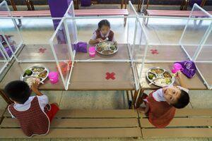 سالن غذاخوری دانش آموزان در دوران کرونا