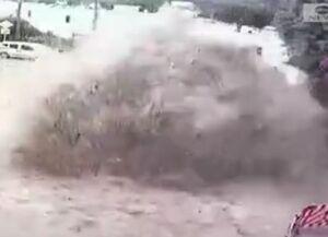 فیلم/ لحظه ترکیدن لوله آب در وسط خیابان!