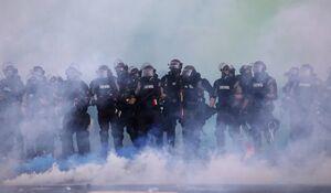 افشای ابعاد جدیدی از  وحشیگری نیروهای پلیس و نظامی آمریکا/ شلیک مستقیم گازاشکآور به معترضان + عکس و فیلم