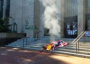 عکس/ پرچم آمریکا همچنان در آتش میسوزد