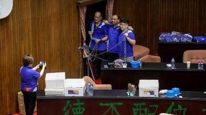 عکس/ اشغال پارلمان تایوان توسط حزب مخالف