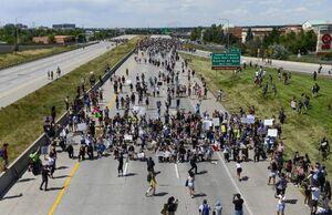 عکس/ مسدود کردن یک بزرگراه توسط معترضان به نژادپرستی