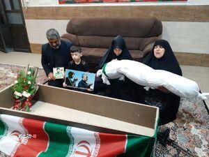 وداع یک مادر شهید مدافع حرم با پیکر فرزندش