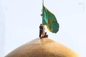 فیلم/ تعویض پرچم حرم امام مهربانیها