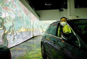 عکس/ در این نمایشگاه نقاشی با ماشین وارد شوید