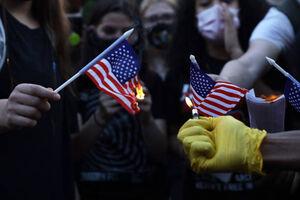 آتش زدن پرچم آمریکا مقابل برج ترامپ