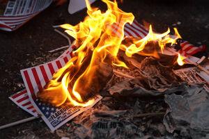 آمریکاییهای خشمگین پرچم کشورشان را آتش زدند