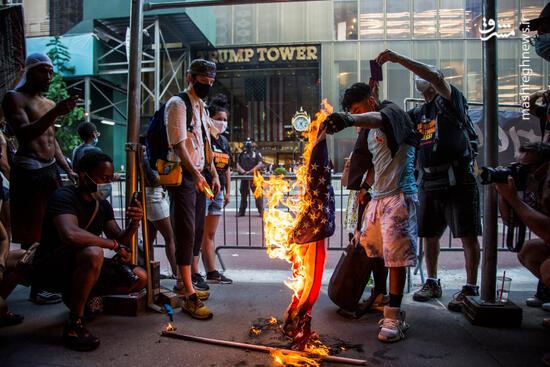 عکس/ آتش زدن پرچم آمریکا مقابل برج ترامپ